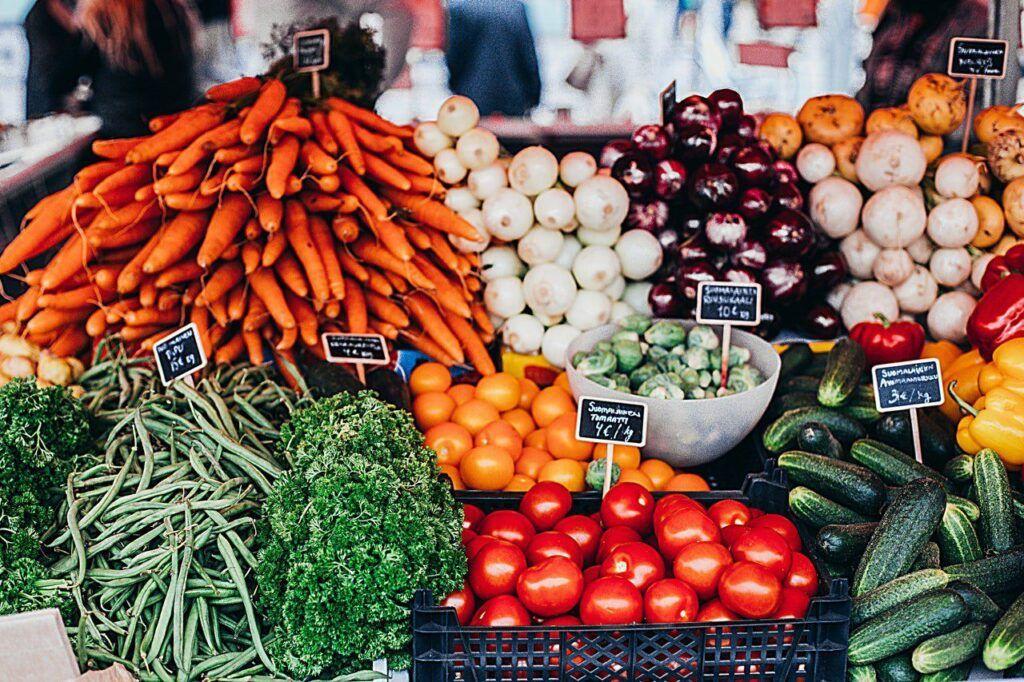 Syté barvy mají ovoce a zeleniny mají člověka příjemně naladit již na začátku nákupu.