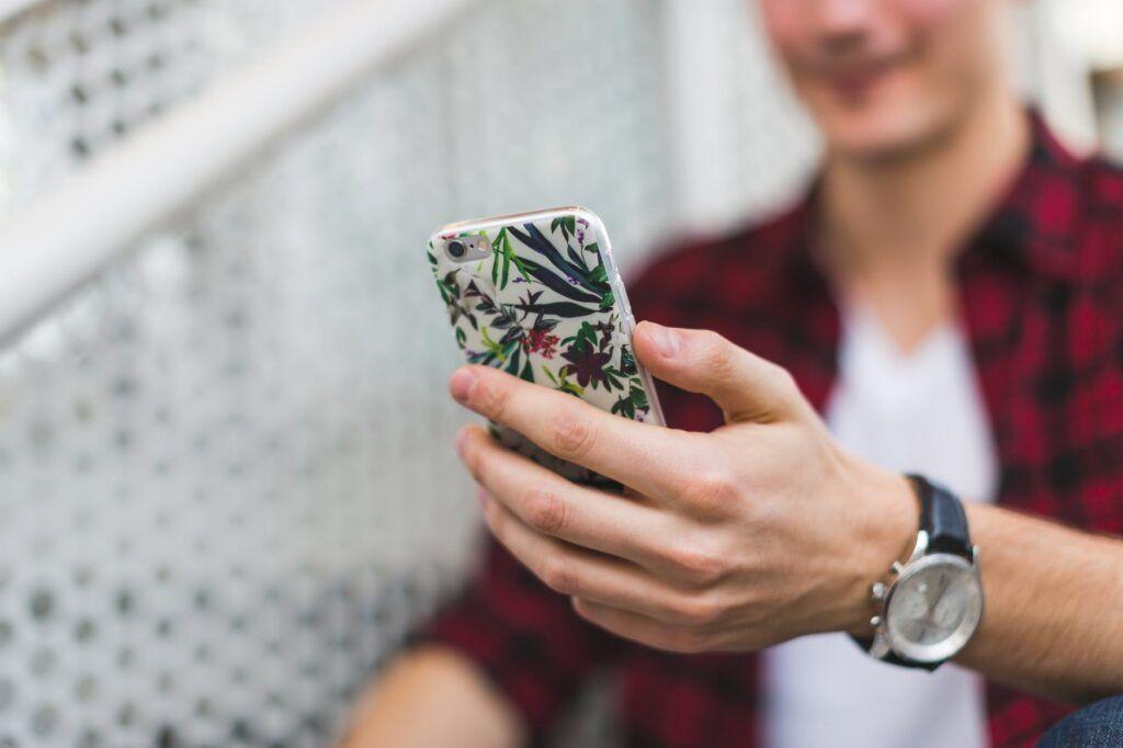 Kryty a obaly mobilní telefon chrání a zároveň představují stylový módní doplněk.