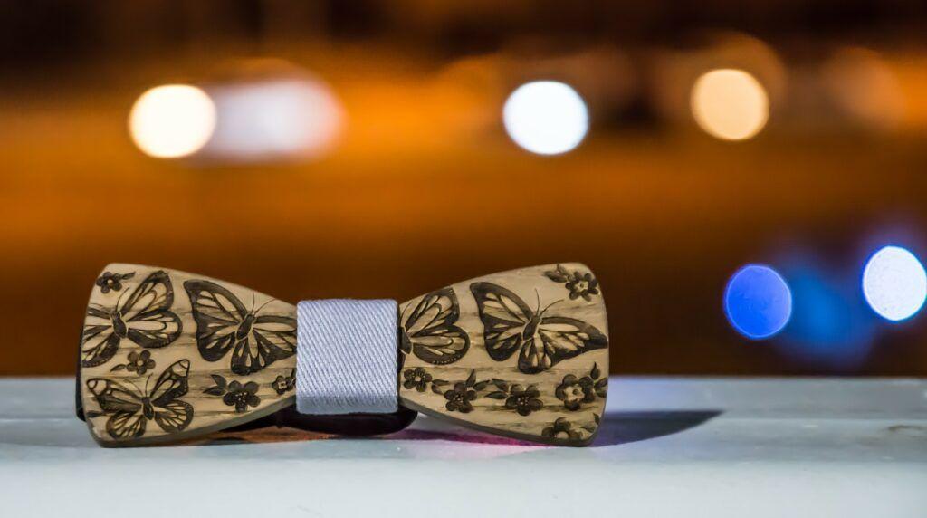 Dřevěný motýlek představuje originální, designový doplněk.