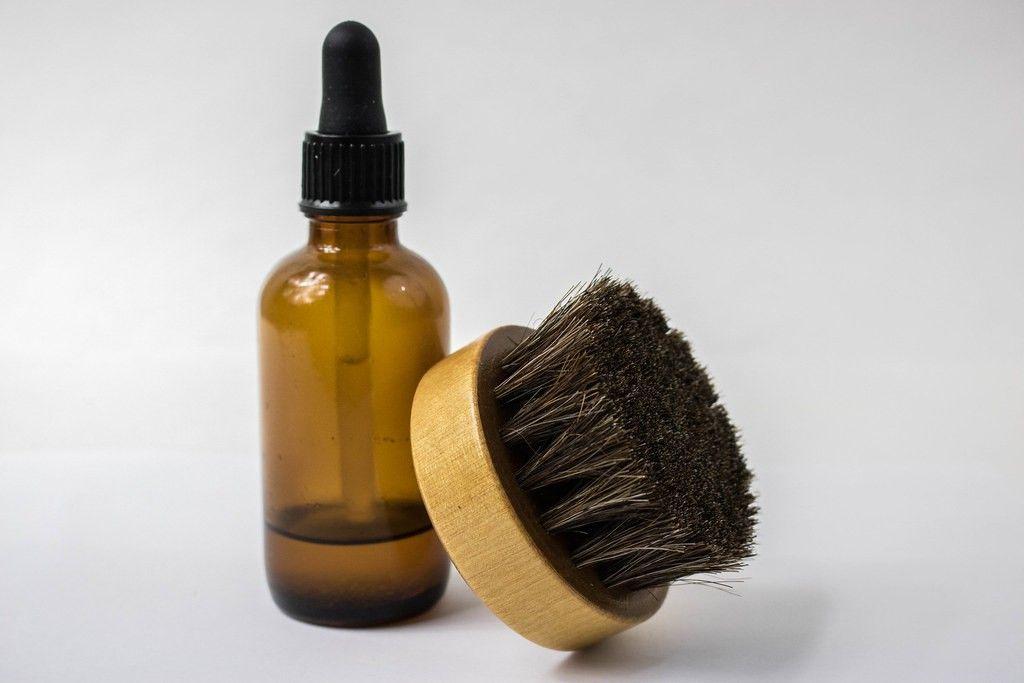 Je příbuzný či kamarád vousáč? Pak je kartáč, balzám nebo olej na vousy ideální volbou.