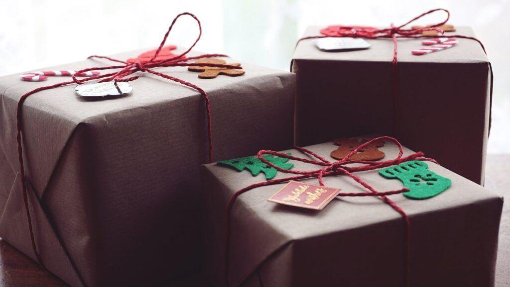 Klasický hnědý papír se snadno vyrovná těm s vánočními motivy, navíc stojí pouhých pár korun.
