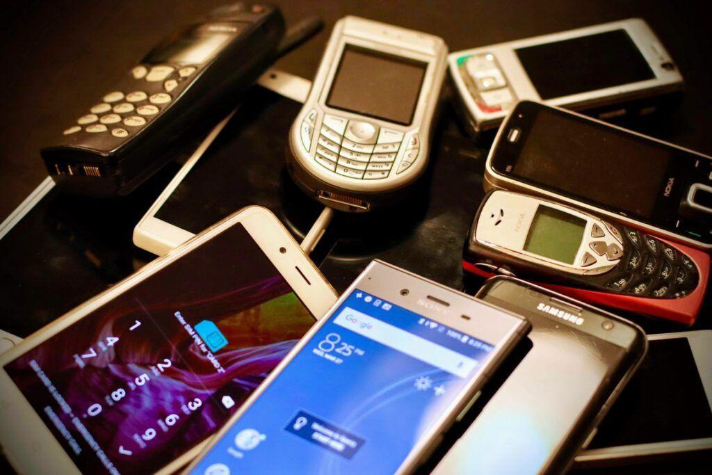 Levné tlačítkové telefony, ale i smartphony nabízí e-shopy jako AliExpress, DHgate či Geekbuying.
