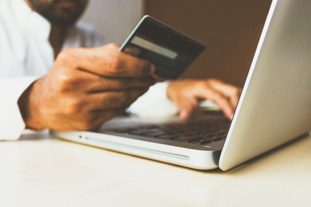 Na eBay je možné platit kartou či skrze platební bránu PayPal.