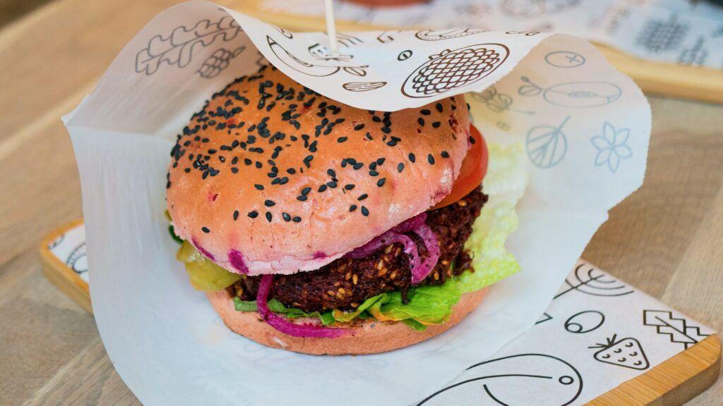 Rostlinných náhražek masa na trhu přibývá. Kde je objednat levně?