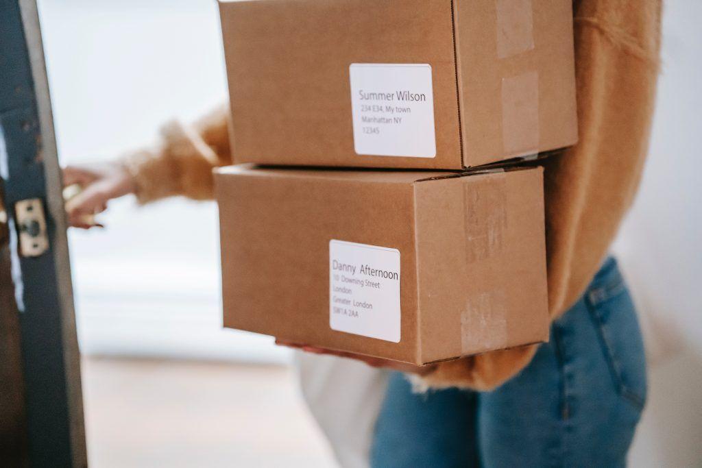 """Balíčky jsou baleny do univerzálních papírových krabic, které neuvádí název e-shopu, jeho logo ani označení """"sex-shop"""", takže je doručení velmi diskrétní."""